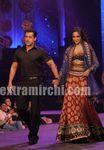 Salman Khan   Sonakshi Sinha Walk the Ramp at IIFA Rocks (1)