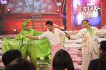 Shahrukh Khan performs with Gatttu at the star parivaar awards