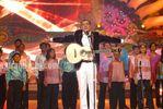 Boman Irani sings GIVE ME SOME SUNSHINE with Sri Lankan kids at the Micromax IIFA Awards