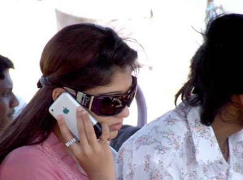 nayanthara_spotted_iphone.JPG