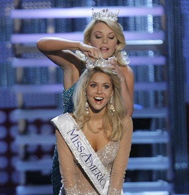 19 year old Kirsten Haglund is crowned Miss America 2008 by former Miss ...