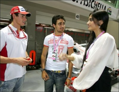 imran-khan-and-sonam-watches-f1-action-in-singapore-grand-prix.jpg