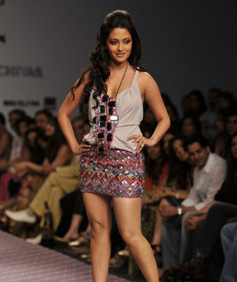riya-sen-displayed-designer-ranna-gill-collections.jpg