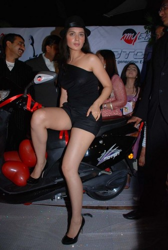 kangna-ranaut-at-the-launch-of-my-e-bike-foton-at-v-lounge.JPG