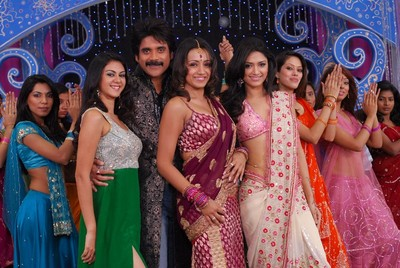 nagarjuna-dances-with-8-glam-dolls-in-king1.jpg