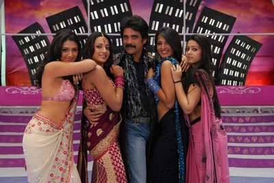 nagarjuna-dances-with-8-glam-dolls-in-king2.jpg