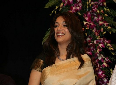 madhuri-dixit-inaugrates-hair-and-make-up-fashion-week.jpg