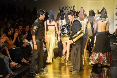 shah-rukh-khan-ramp-walks-at-lakhme-fashion-week-1.jpg