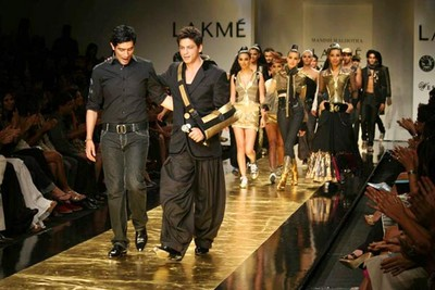 shah-rukh-khan-ramp-walks-at-lakhme-fashion-week-2.jpg