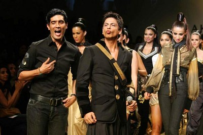 shah-rukh-khan-ramp-walks-at-lakhme-fashion-week-3.jpg
