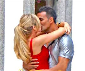 Akshay-Kumar-kisses-Denise-Richards.jpg