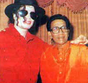 "The image ""http://www.extramirchi.com/wp-content/uploads/2009/06/Bal-Thackeray-with-Michael-Jackson.jpg"" cannot be displayed, because it contains errors."