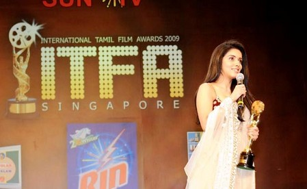 Asin-and-Madhavan-at-ITFA-Awards-2009-Singapore-5.jpg