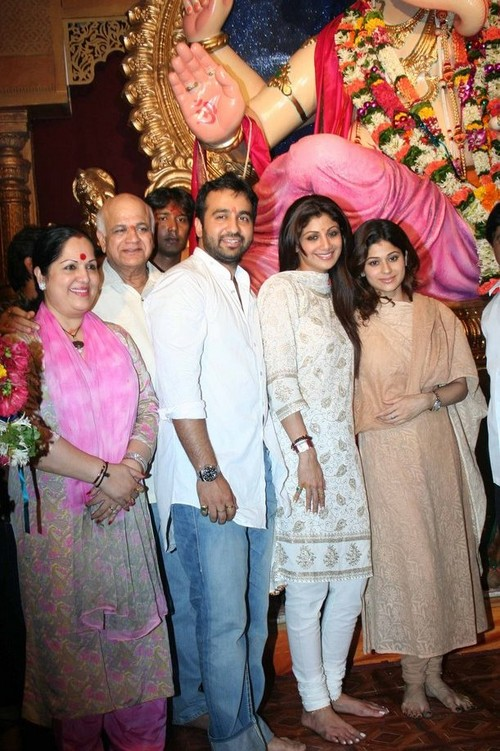 Shilpa-Shetty-with-her-boyfriend-Raj-Kundra-at-Chinchpokli-Ganesh-Mahotsav.jpg
