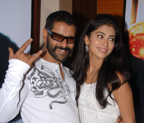 Shriya-Saran-and-Vikram-in-Happy-mood-at-kanthaswamy-meet.jpg