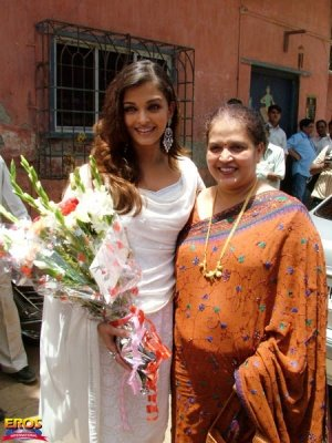 Aishwaraya-Rai-with-here-mother-Vrinda-Rai.jpg