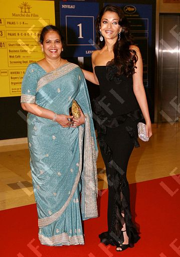 Aishwaraya-Rai-with-here-mother-Vrinda-Rai2.jpg