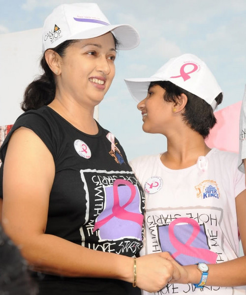 Gouthami-with-her-daughter-Subhalakshmi-at-Breast-Cancer-Awareness-walk-1.jpg
