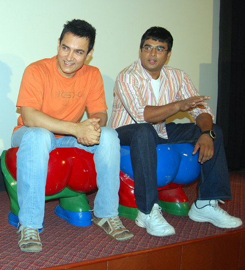 Aamir-Khan-R-Madhavan-at-Press-Conference-of-the-Film-3-Idiots.JPG