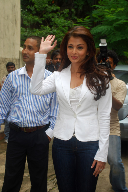Aishwarya-Rai-at-the-launch-of-Beautiful-Beginnings-free-training.jpg