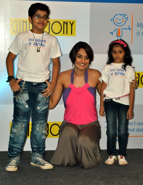 Ekta-Choudhry-at-Gini-Jony-and-Bajaj-Allianz-launch-of-Groovy-T-shirts.JPG