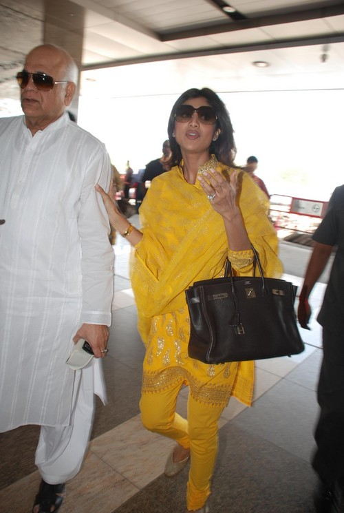 Shilpa-Shetty-at-visits-Golden-Temple.JPG
