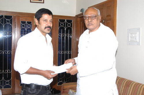 Vikram-donates-Rs.15-Lakhs-AP-flood-victims.JPG