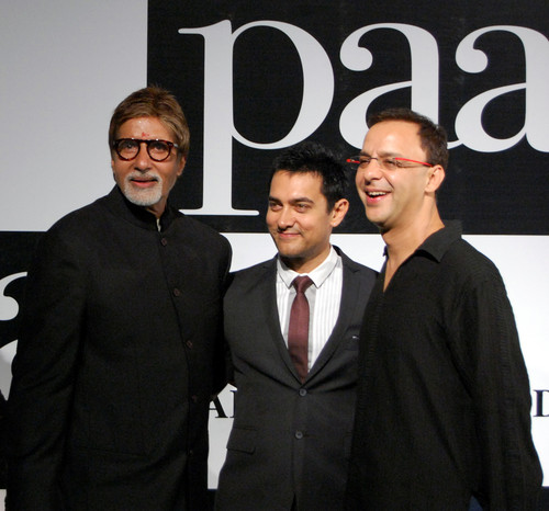 Amitabh-Bachchan-Aamir-Khan-and-Vidhu-Vinod-Chopra-at-the-Premiere-of-the-film-Paa1.JPG