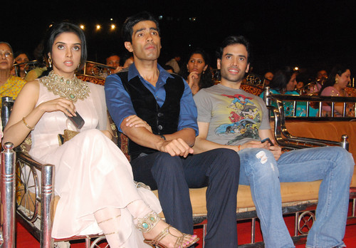 Asin_with_Manish_Malhotra_And_Tusshar_Kapoor-at-Mumbai-Police-Welfare-Show-2009.JPG