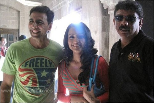 http://www.extramirchi.com/wp-content/uploads/2009/12/Khatta-Meeta-Trisha-with-Akshay-Kumar-and-Priyadarshan.jpg