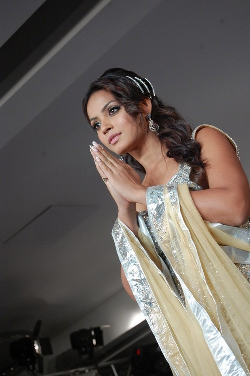 Neetu-Chandra-at-the-Chennai-International-Fashion-Week-3.jpg