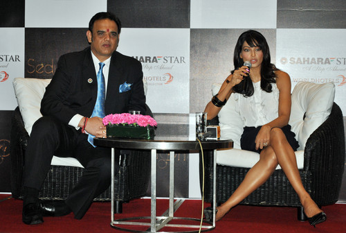 Vivek-Kumar-and-Bipasha-Basu-at-the-31ST-New-Year-Press-Conference-Hotel-Sahara-Star.JPG