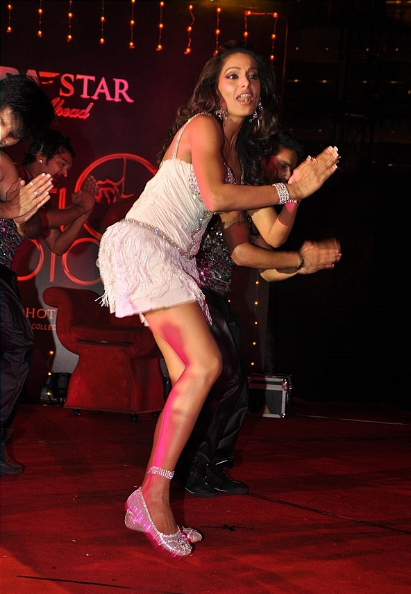 http://www.extramirchi.com/wp-content/uploads/2010/01/Bipasha-Basu-performs-on-New-Years-Eve-at-Sahara-Start-Photo-1.jpg