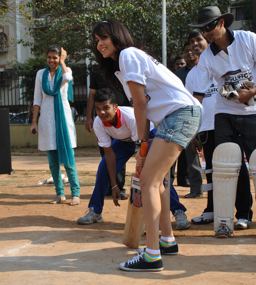 Genelia-plays-Gully-Cricket.jpg