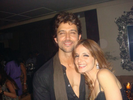 Hrithik-Roshan-kissing-susan-at-birthday-party.jpg