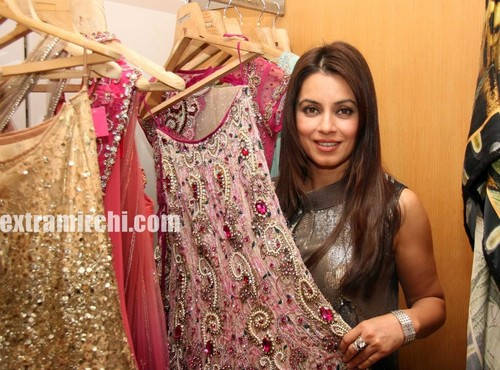 Mahima-Chaudhary-at-Kimaya-midnight-sale.jpg