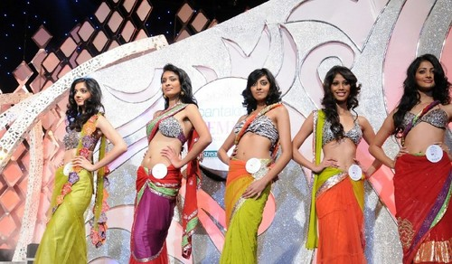 Nicole-Faria-Femina-Miss-India-South-2010-with-Pooja-Hegde-and-Rotika-Goel-1.jpg