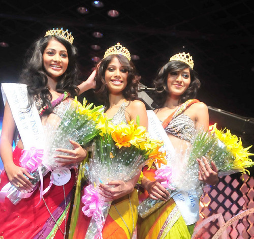 Nicole-Faria-Femina-Miss-India-South-2010-with-Pooja-Hegde-and-Rotika-Goel-3.jpg