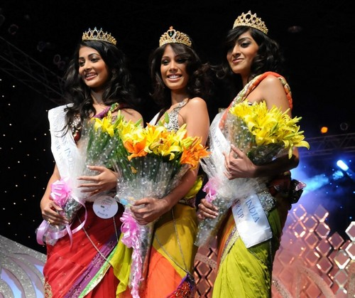Nicole-Faria-Femina-Miss-India-South-2010-with-Pooja-Hegde-and-Rotika-Goel.jpg