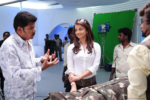 Shankar-Rajini-and-Aishwarya-Rai-at-endhiran-the-robot-shooting.jpg