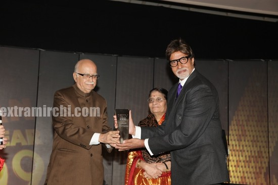 Bachchan-receives-NDTV-award-from-L.K.Advani.jpg