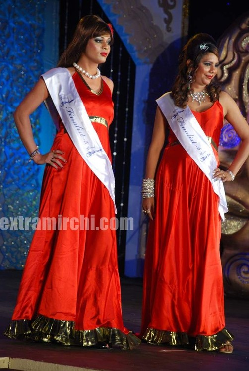 Celina-and-Zeenat-judge-V-Care-Indian-Super-Queen-finals-2.jpg