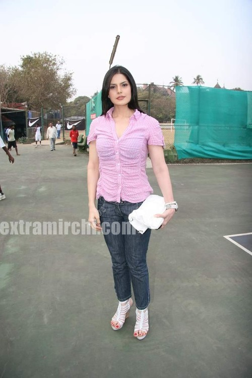 Cute-zarine-khan-at-Tennis-Academy-photos-1.jpg