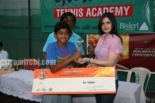 Cute-zarine-khan-at-Tennis-Academy-photos-5.jpg