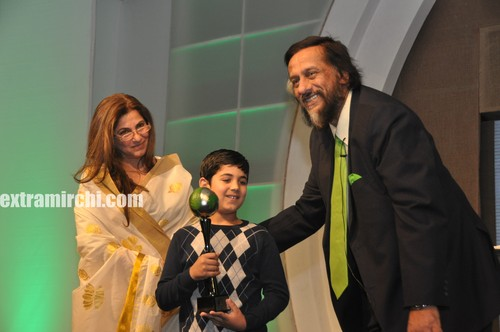 Dr.Pachauri-presenting-Aarav-Bhatia-with-Outstanding-Contribution-by-a-Child-award.jpg