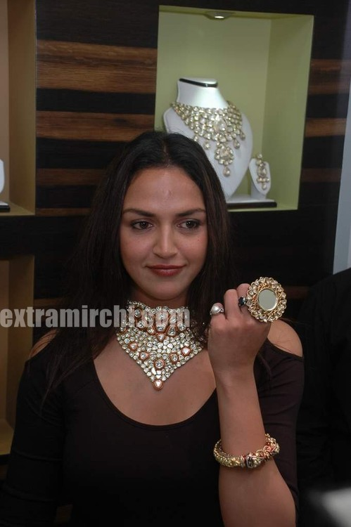 Esha-Deol-at-the-launch-of-Razwada-Jewels-Boutique-in-Bandra-1.jpg