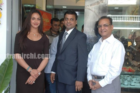 Esha-Deol-at-the-launch-of-Razwada-Jewels-Boutique-in-Bandra-2.jpg