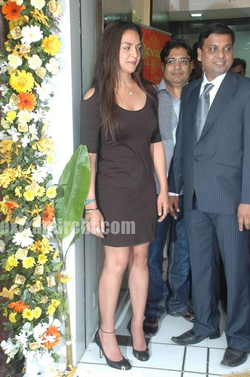 Esha-Deol-at-the-launch-of-Razwada-Jewels-Boutique-in-Bandra-3.jpg