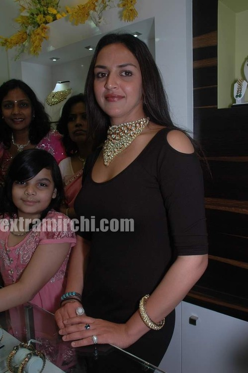 Esha-Deol-at-the-launch-of-Razwada-Jewels-Boutique-in-Bandra-5.jpg