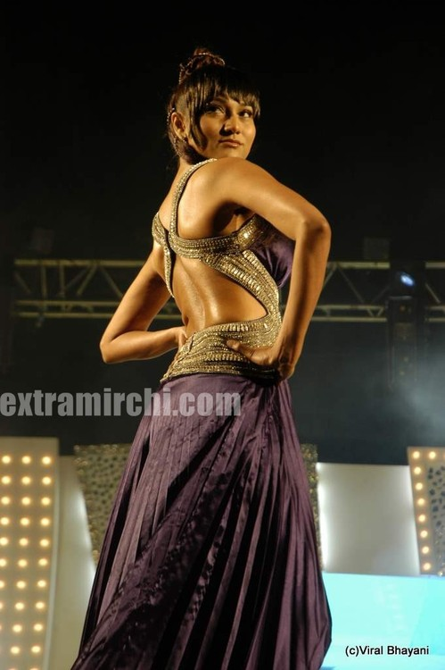Mugdha-Godse-walks-the-ramp-for-KBJ-group-fashion-show-2.jpg